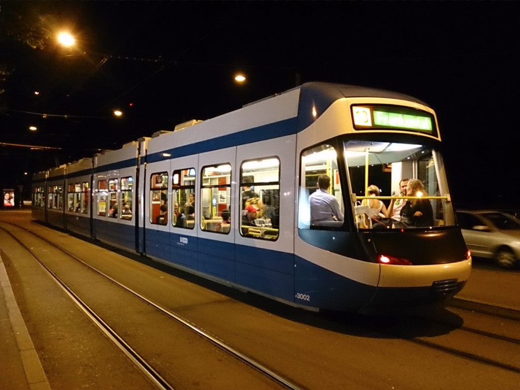 駅前を走ってい路面電車