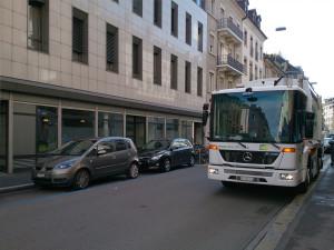 ホテル前の通りで。パリでもそうでしたけど、こっちの国は清掃車とか働く車がデカイ!