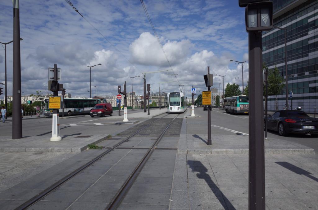 フランステレビジョン前のトラムの駅 写真は引上げ線に止まる電車(RICOH GR)