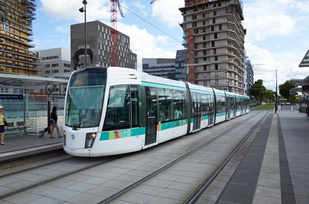 アベニュードフランス駅で下車 電車は道路交通に合わせて右側通行です