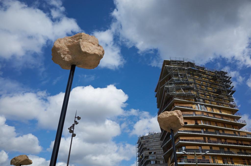 しかしここは前衛的だ(^_^;) 電柱に刺さった岩 建物のデザインも(^_^;)