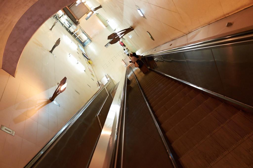 ビブリオテークフランソワミッテラン駅は地下深く、エスカレーターも長い