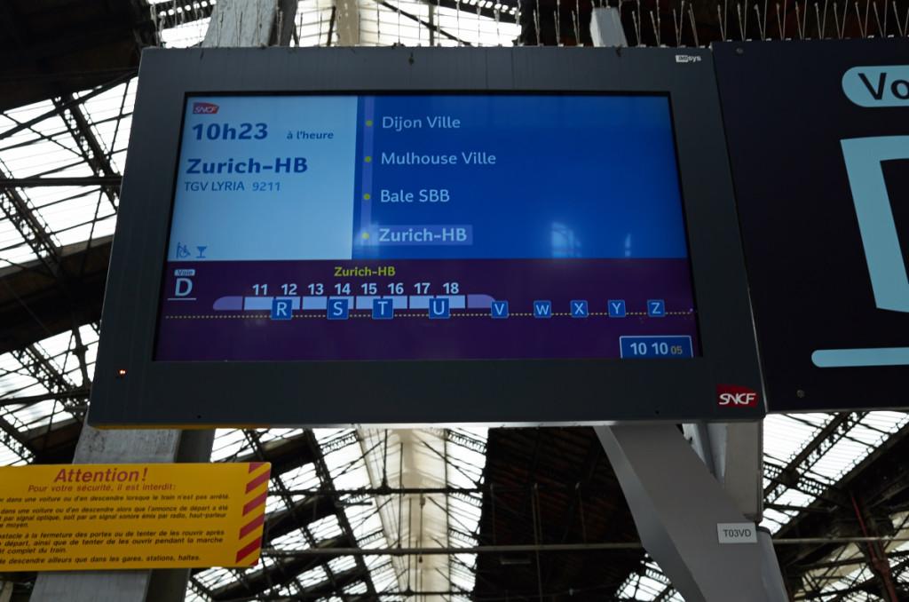 チューリッヒ中央駅行き。今風な液晶画面の案内ですね