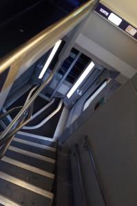 2階への階段は長いが、ヨーロッパの長距離列車のホームはかなり低いので、当然ドアも低い。1階席は階段2段おりるだけ。むしろ2階建のほうがバリアフリーなんですね。