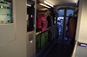 TGVではスーツケースは荷物置き場に置くのが常識(座席周辺は狭くてとても置けない)。...でもみんなケースデカすぎだよ(>_<)