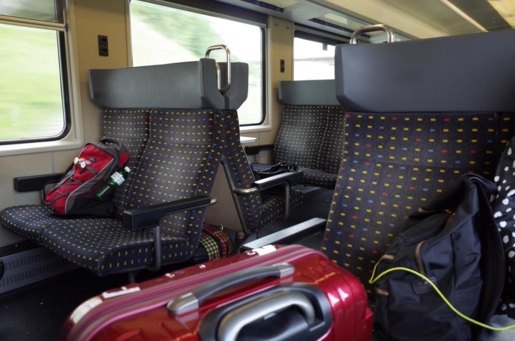 EW-IV形の車内。足元にスーツケースが楽に置けるぐらい広々としてました