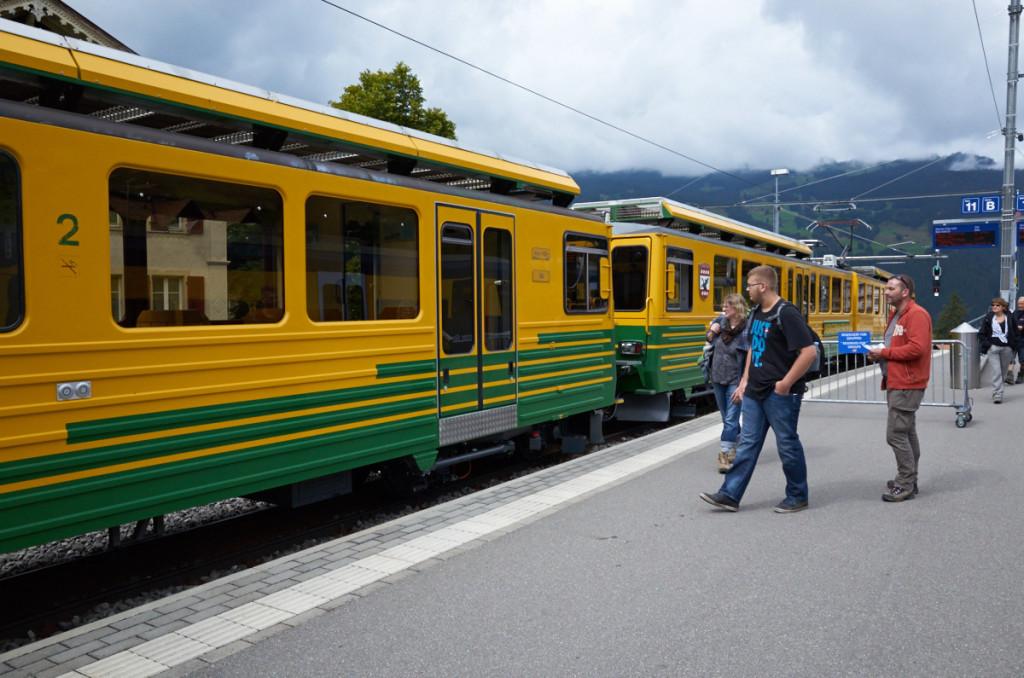 ヴェンヴェルンアルプ鉄道は、湘南色みたいなカラーですね。