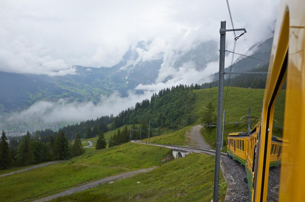 山登ります。出発したグリンデルワルトがかなり下に。