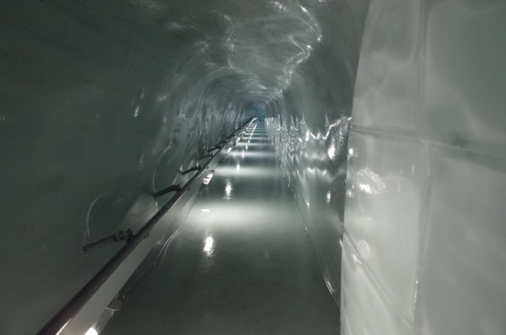 氷河のトンネル!滑って面白いですが遊びすぎるとコケますよ。