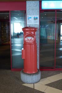 なぜか日本の郵便ポスト(^_^;) 富士山頂郵便局と提携だとか。スイスに居ると日本と提携モノはたくさんありました(^_^;) なんだかなぁ。。。