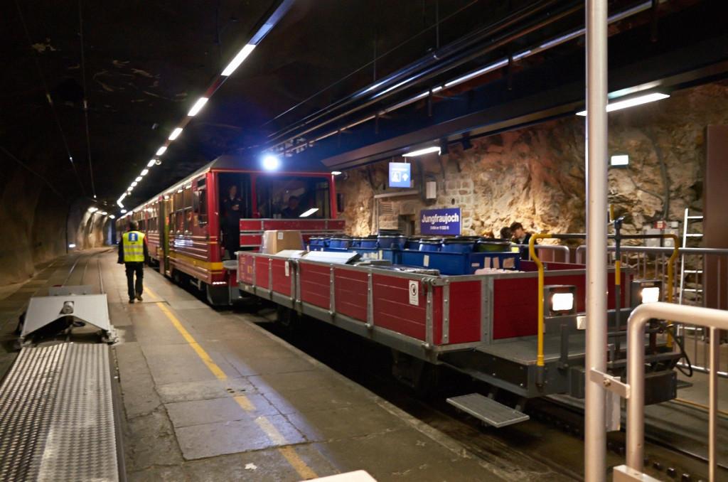 列車到着。最前列で待ってたら、違う車両に案内されました(^_^;)