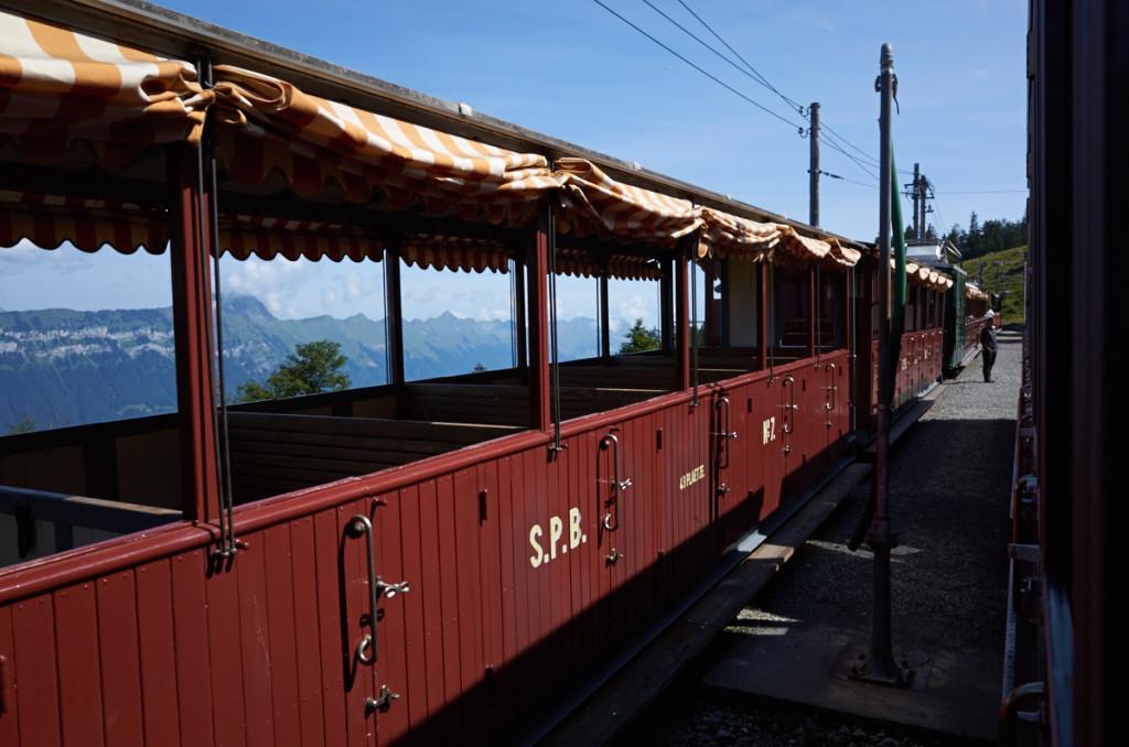 ブライトラウエネン駅 さすがにこの時間で下山する人は居ないので反対列車はガラガラ。