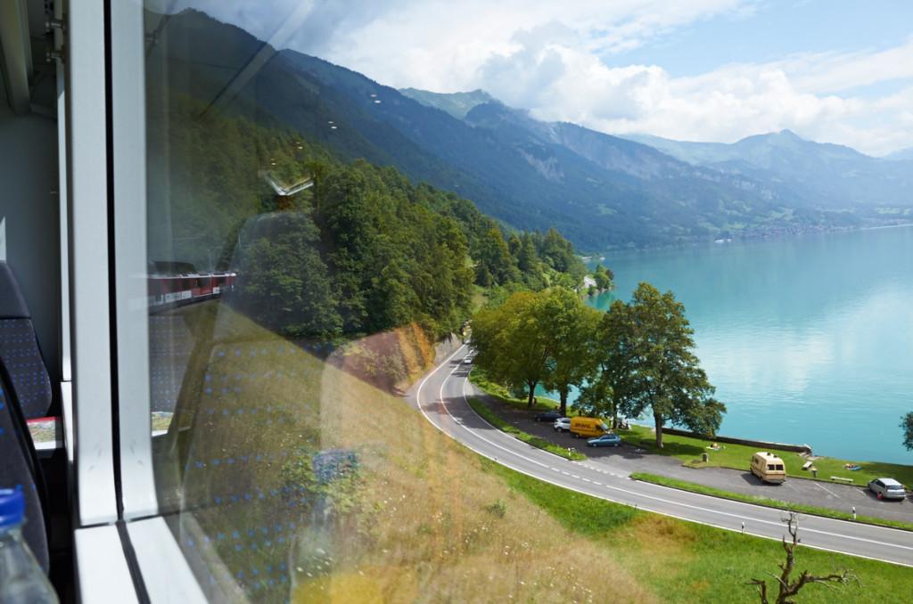 ブリエンツ湖を見ながら列車は進みます(^_^)/