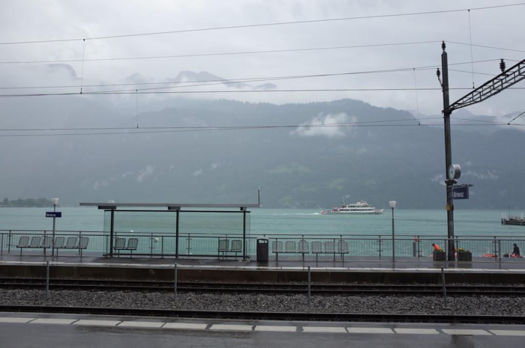 ツェントラル鉄道のブリエンツ駅からブリエンツ湖を眺める こちらでも雨が降ったようです