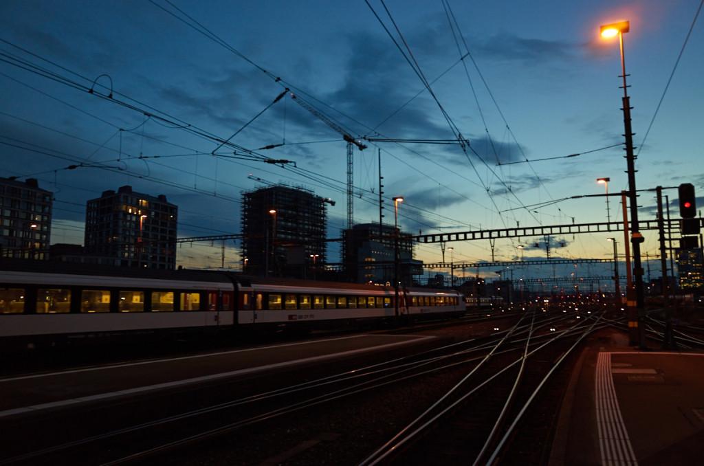 駅端まで歩いて、ここまで来た線路を眺める