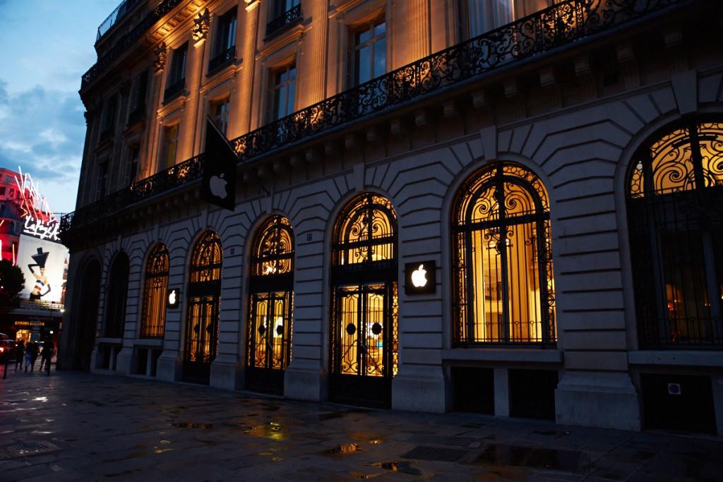 パリ・オペラのApple Store さすがに夜21時すぎれば閉店してますって。