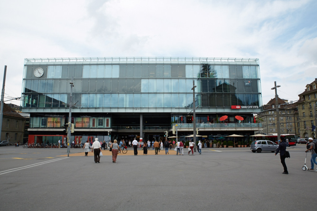 ベルン中央駅は現代的な建物。