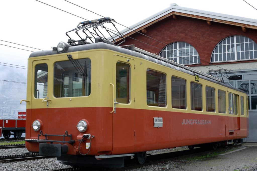 ユングフラウ鉄道の車両。ユングフラウ鉄道は三相交流受電なので、パンタグラフが横に2連です。