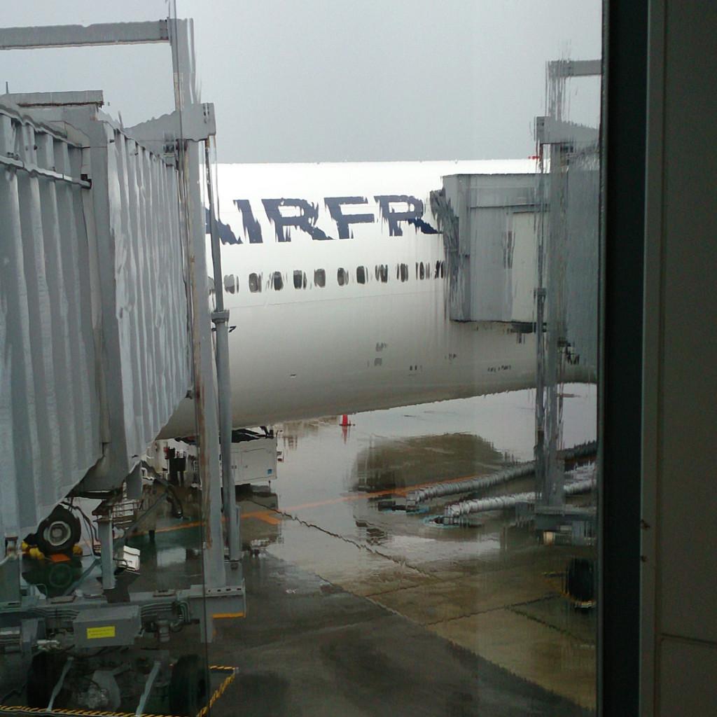 飛行機に搭乗〜って雨でよく見えません