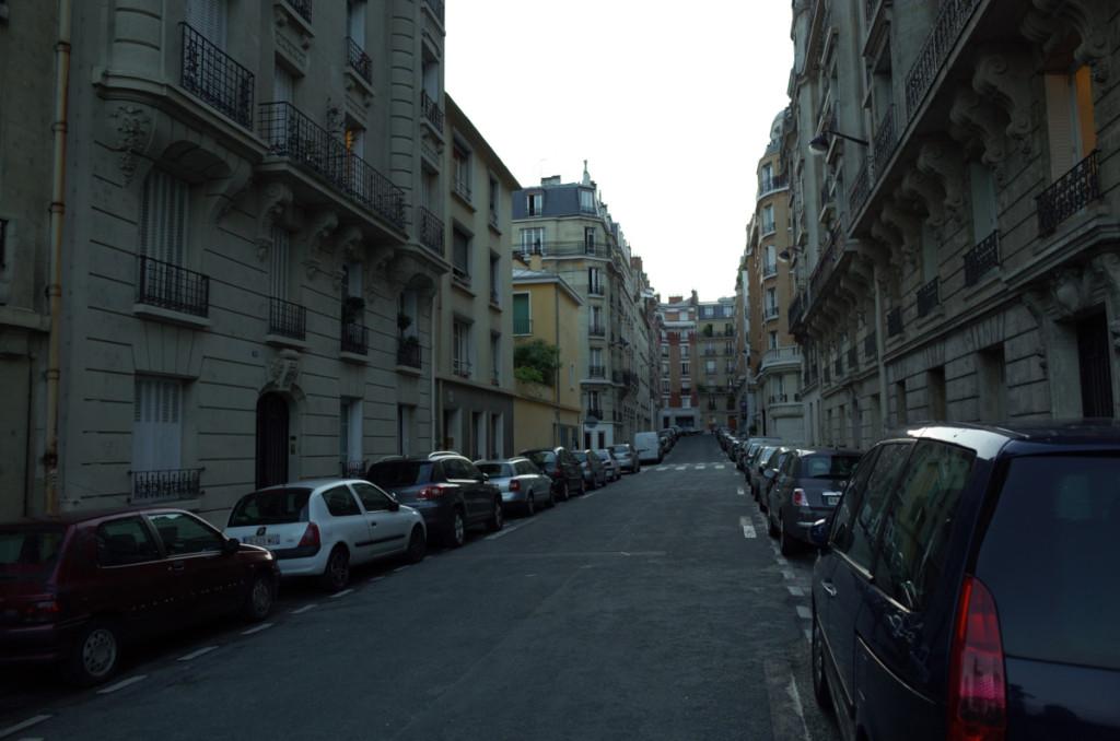 パリ16街区の住宅街 この辺りは高級エリアらしく、どの建物も入口はセキュリティロック付でしたね