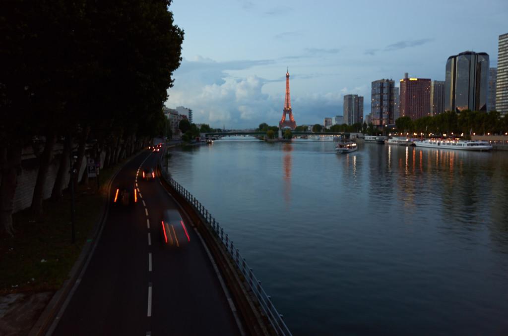 セーヌ川沿いに出ました ミラボー橋の上から ちなみに夜21時45分でまだこの明るさです!