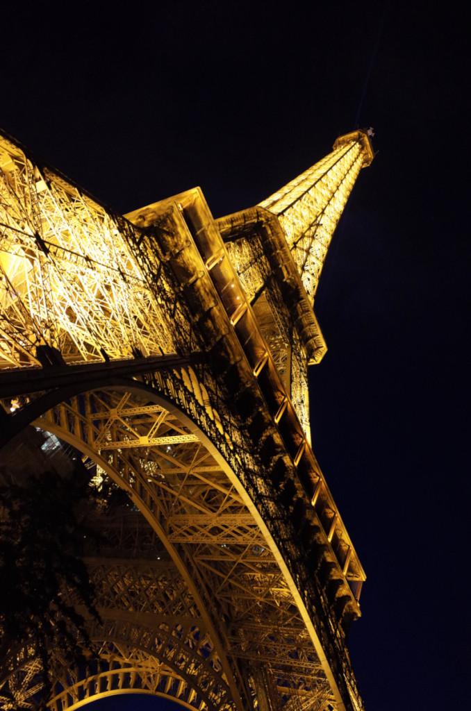 やっとエッフェル塔に到着!鉄骨の細かさには圧倒されます 周りは黒人さんのお土産売りがちょっぴり怖いです
