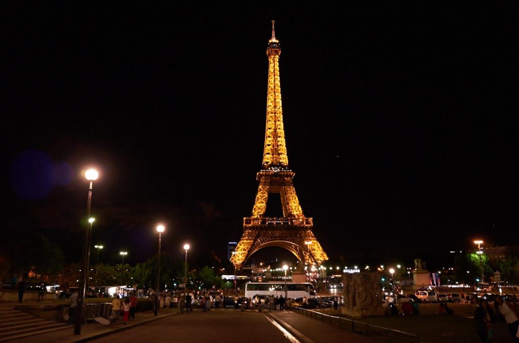イエナ橋を渡ってシャイヨー宮側から見るエッフェル塔 夜23時でも人がたくさん
